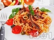 Приготвяне на рецепта Спагети Путанеска с доматен сос с аншоа и каперси